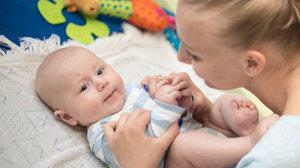 Víte, že dítě má dříve lézt než sedět? Jak podpořit správný vývoj kojence