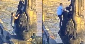 VIDEO: Skupina cizinců lezla po soše na Karlově mostě. Každý zaplatil dva tisíce