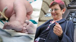 Porodní asistentku neprávem vinili za smrt dítěte. Získá milionové odškodné?