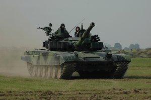 Na velení tanku nebo děla postačí výuční list. Armáda tak láká nové vojáky