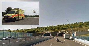 Dopravu na Pražském okruhu komplikují dvě nehody: Pro těžce zraněného přiletěl vrtulník