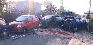 Šílená jízda mladíka v mercedesu: Naboural hned tři zaparkovaná auta, jedno převrátil na střechu!