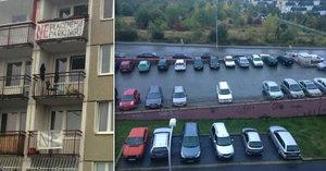 Zoufalí obyvatelé Barrandova: Proti placenému stání bojují peticí a transparenty na balkonech