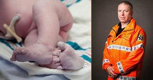 Domácí porod se změnil v noční můru: Matka dítě po resuscitaci odmítla převézt do nemocnice