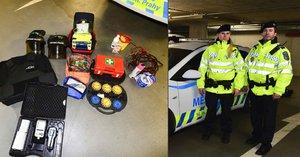 V autě vozí výbavu pro záchranu života: Strážníci jsou připravení i na střelbu