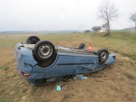 Při předjíždění vytlačil ze silnice auto s dvěma dětmi: Řidič od nehody ujel