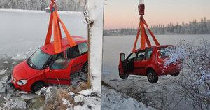 Námraza, smyk a praskání ledu. Řidička zaparkovala škodovku v rybníce