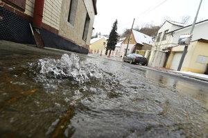 Mráz v Praze »potrhal« potrubí: V Bohnicích tryská voda z chodníku