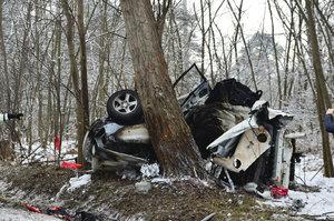 Dálnice D10 z Prahy na Mladou Boleslav stála. Řidič zemřel po nárazu do stromu