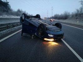 Opilý řidič otočil na D11 auto na střechu: Na 15. kilometru zbrzdil dopravu