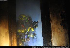 Požár v domě na Vinohradech: Postarší nájemnici hasiči zachraňovali oknem!