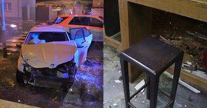 Opilý řidič to napálil do výlohy pizzerie: Žena uvnitř těsně uskočila