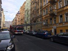 Evakuace u Palackého náměstí v Praze: Hořel byt, lidé se nadýchali kouře