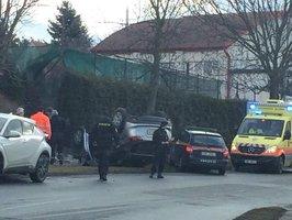 Auto v Kolodějích skončilo na střeše: Pro posádku přijeli záchranáři