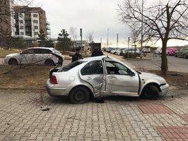 Řidič v kradeném autě prchal před policisty. Naboural do stromu a utekl