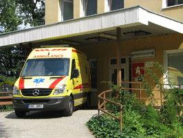 Fatální nehoda: Žena spadla z okna ve 3. patře, když vyhlížela sanitku