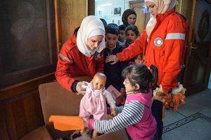 Dětem ve vypleněném Aleppu pomáhají české hračky. Dostaly jich stovky