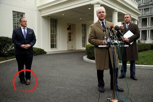 Trumpův mluvčí překvapil různobarevnou obuví. Nejspíš za tím bylo zranění