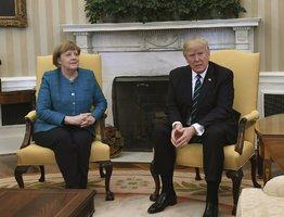 Trump nepotřásl Merkelové rukou: Dohadovali se o uprchlících i NATO