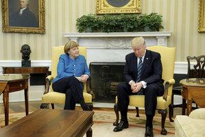 Bílý dům řekl, proč Trump nepodal ruku Merkelové. Němci jen kroutí hlavou