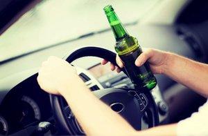 Nezletilý, opilý a bez řidičáku: Vzal doma auto a »narval« ho do pařezu