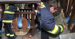 Prolézačka na dětském hřišti uvěznila chlapce. Vyprostit ho museli hasiči