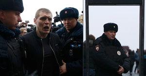 V Moskvě zatkli na 30 demonstrantů. Rudé náměstí hlídají detektory kovu