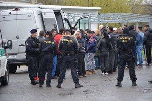 Policejní zátah v Dobřejovicích a Uhříněvsi: Stojí za ním cizinci a peníze?