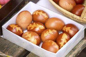 Jak obarvit vajíčka bez chemie: Pomocí cibule, zelí nebo špenátu