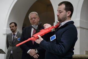 Češi možná dostanou v ústavě právo zasáhnout se zbraní. Poslanci jsou pro