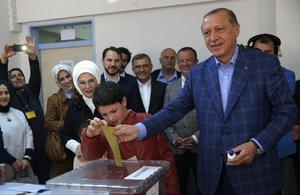 """S Erdoganem na věčné časy: Turci mu """"odklepli"""" větší práva, několik lidí zemřelo"""