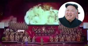 KLDR slavila: Ukázala vlajku USA v plamenech a simulovala třetí světovou válku
