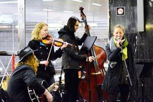 Metro se proměnilo v koncertní sál. Lidem zahrálo 50 hudebníků
