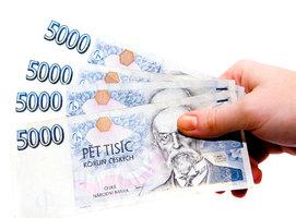 »Soucitný« zloděj: Mladíkovi vytrhl z rukou 20 tisíc, pár dvoustovek mu hodil k nohám