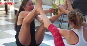 Zhubněte s pivem v ruce! Novým hitem ve cvičení je pivní jóga