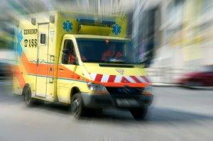 Senior (83) upadl na schodišti: Hlavou zůstal zaseknutý ve skleněných dveřích