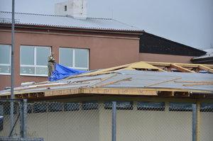 Dělník (51) spadl ze střechy školy v Jílovém u Prahy: Musel pro něj vrtulník