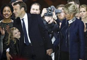 """""""Nejsme běžný pár"""". Macron slavil s o 25 let starší manželkou, líbal její vnučku"""