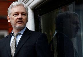 Assange má dobrou zprávu ze Švédska. Zastavuje stíhání za údajné znásilnění