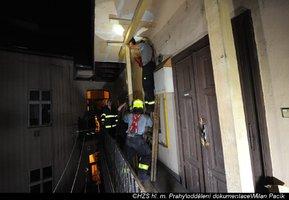 Na Vinohradech se zřítila část stropu pavlače: V noci tu zasahovali hasiči