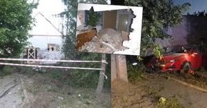Opilý řidič narazil do rodinného domu: Zaparkoval přímo v ložnici!