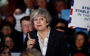 Britové jdou po teroristickém útoku k volbám. Premiérka Mayová se třese o křeslo
