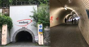 """""""Neboj,"""" napsal brněnský umělec nad tunel v Praze. Lidé ale mají strach dál"""