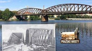 Železniční most pod Vyšehradem měl předchůdce. Výměnu stihli za tři dny