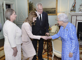 U královny: Zemanovi dali přednost pohodlí před stylem, prezident si vzal boty na suchý zip