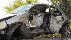 Řidič narazil do auta, které předjížděl. Pak vletěl do stromu a zemřel