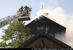 U Florence hořel drážní domek: Plameny ho pohltily v plném rozsahu