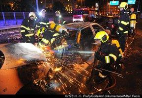 O půlnoci na Žižkově hořela auta: Jedno z nich plameny kompletně zničily