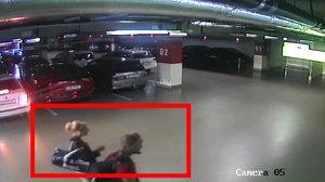 Žena v autě nechala notebook a šla nakupovat: Zloději jí ho mezitím ukradli, poznáte je?