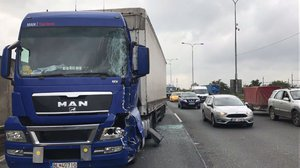 Komplikace na okruhu: Dopravu brzdila nehoda a počasí. Bouralo se i na Jižní spojce